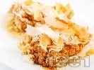 Рецепта Пухкава ябълкова баница с готови точени фини кори, галета, заквасена сметана и стафиди